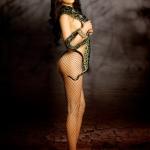 Ca sĩ Diệp Lâm Anh bán nude quằn quại với rắn
