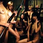 Tập thể nữ sinh khỏa thân bồng súng ủng hộ Hoàng Tử Anh