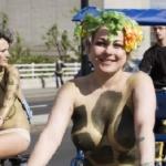 Nude tự tin đạp xe tung tăng giữa phố