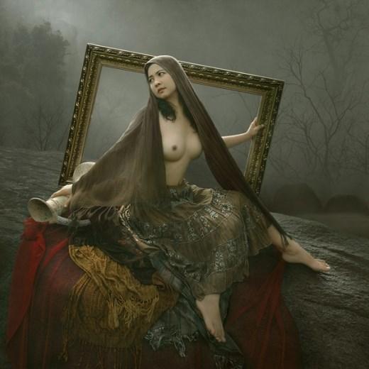 Ảnh nude gái đẹp bên khung tranh
