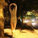 Sốc với cô gái thích chụp ảnh khỏa thân ngoài đường