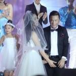 Đỏ mặt cảnh vũ công nữ 'sàm sỡ' chỗ kín Lam Trường