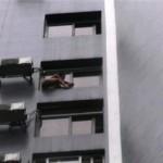 Thiếu nữ khỏa thân định nhảy lầu từ tầng 11